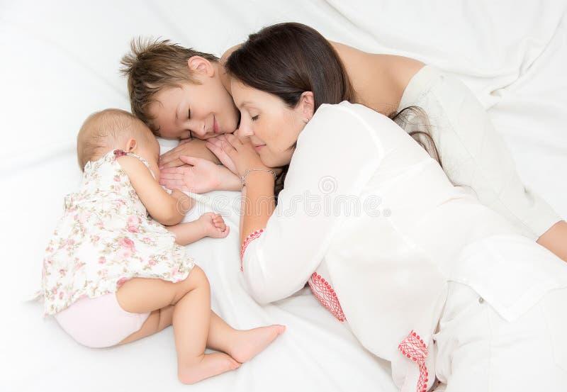 Familj av fyra som sover royaltyfria foton