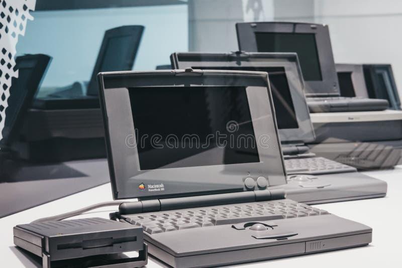 Familj av PowerBook bärbara datorer på skärm inom det Apple museet i Prague, Tjeckien arkivfoton