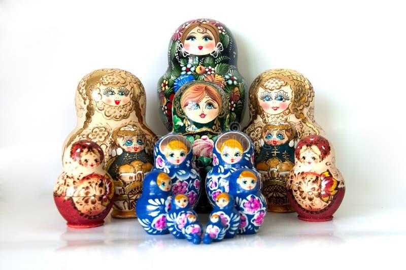 Familj av ryss bygga bo dockor royaltyfria bilder