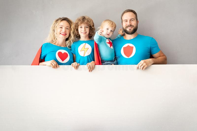 Familj av superheroes som hemma spelar arkivbilder