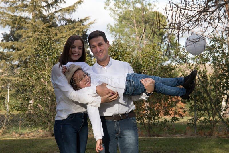 Familj av tre medlemmar som poserar för fotografi fotografering för bildbyråer
