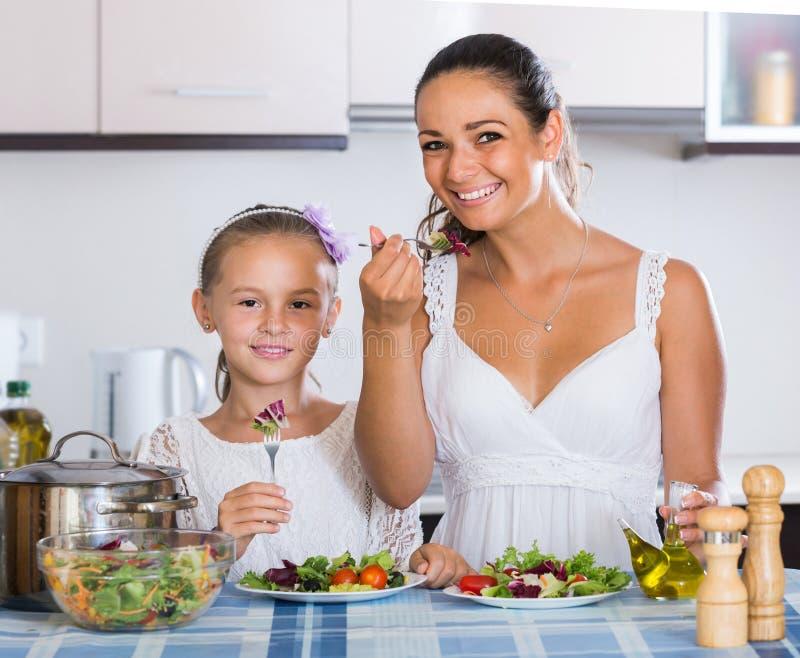 Familj av två som har sund lunch med veggies royaltyfri fotografi