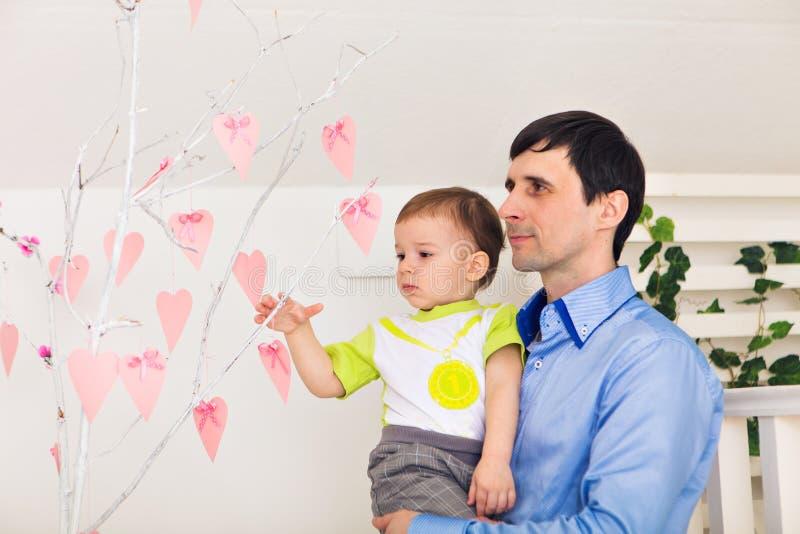 Familj, barndom, faderskap, aktivitet och folkbegrepp - lycklig fader och liten son som hemma spelar royaltyfria bilder