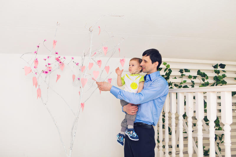 Familj, barndom, faderskap, aktivitet och folkbegrepp - lycklig fader och liten son som hemma spelar royaltyfri fotografi