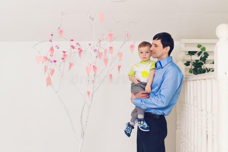 Familj, barndom, faderskap, aktivitet och folkbegrepp - lycklig fader och liten son som hemma spelar arkivbild