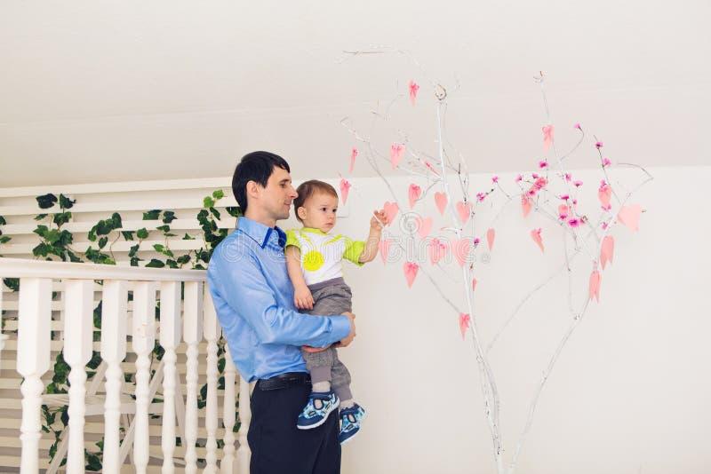 Familj, barndom, faderskap, aktivitet och folkbegrepp - lycklig fader och liten son som hemma spelar arkivbilder