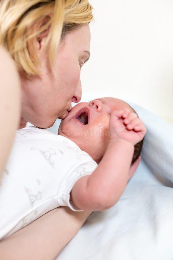 Familj-, barnuppfostran- och barnavårdbegrepp - behandla som ett barn kyssande förtjusande för lycklig moder royaltyfri bild