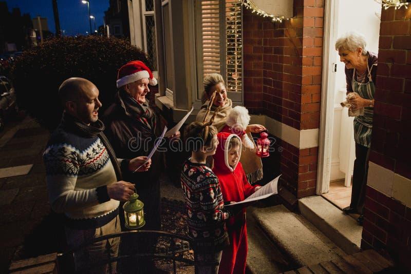 Familj Carol Singing arkivbilder