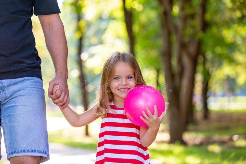 Familj, föräldraskap, faderskap, adoption och folkbegrepp - lycklig fader och liten flicka som går att rymma i hand in arkivbilder