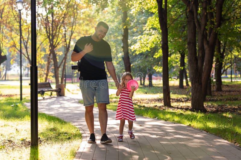 Familj, föräldraskap, faderskap, adoption och folkbegrepp - lycklig fader och liten flicka som går att rymma i hand in royaltyfri fotografi