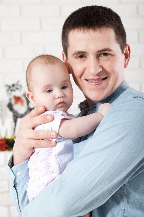 Familj, föräldraskap och folkbegrepp - fadern med litet behandla som ett barn arkivfoto