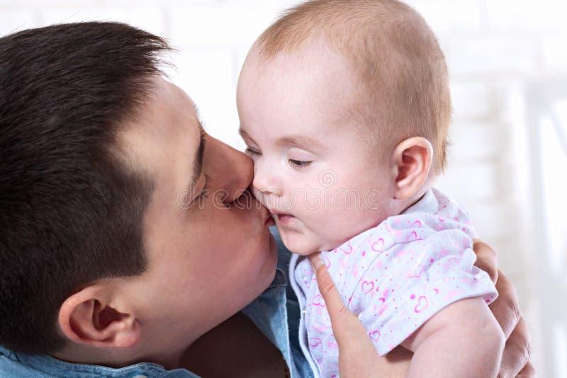 Familj, föräldraskap och folkbegrepp - fadern med litet behandla som ett barn hemma arkivfoto