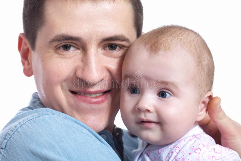 Familj, föräldraskap och folkbegrepp - fadern med litet behandla som ett barn hemma royaltyfri bild