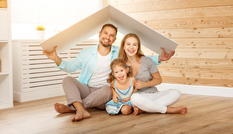 Familj för begreppshusbarn Moderfader och barn i nytt royaltyfria foton