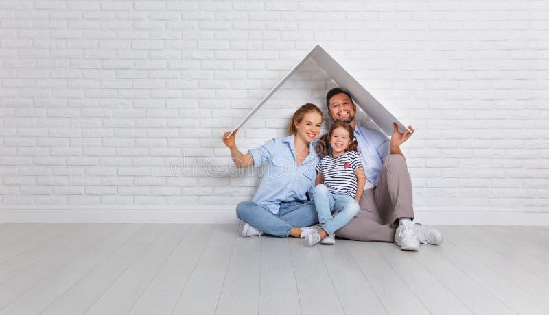 Familj för begreppshusbarn Moderfader och barn i nytt H fotografering för bildbyråer