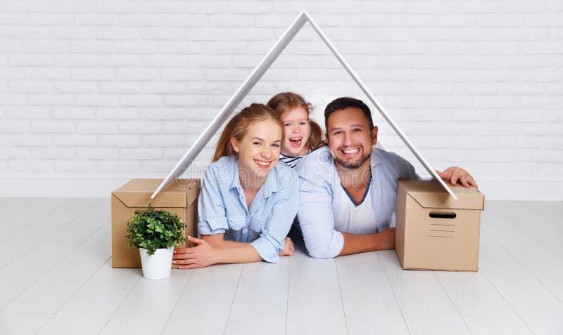 Familj för begreppshusbarn Moderfader och barn i nytt H royaltyfri fotografi