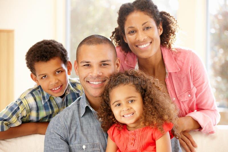 Familj för blandat lopp hemma arkivfoton
