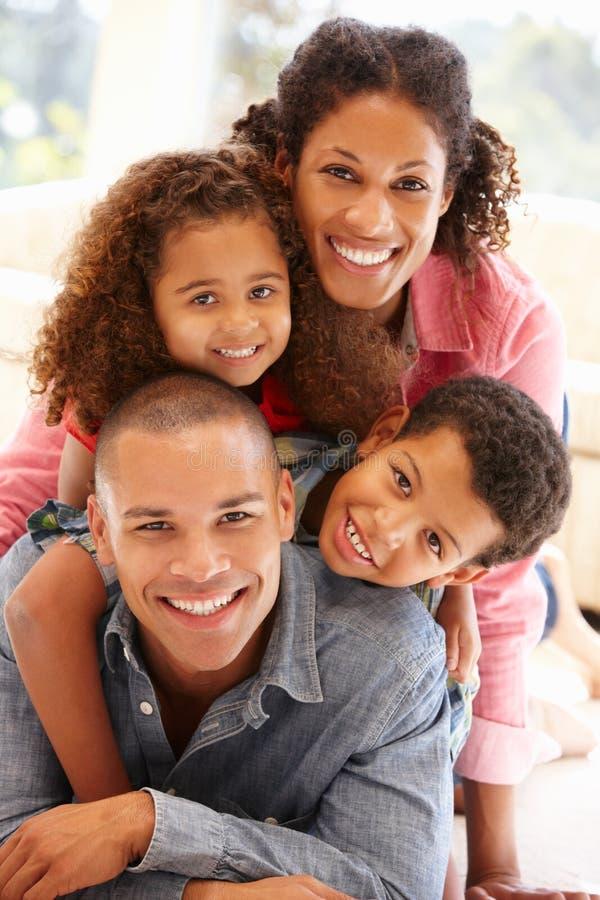 Familj för blandat lopp hemma arkivbild