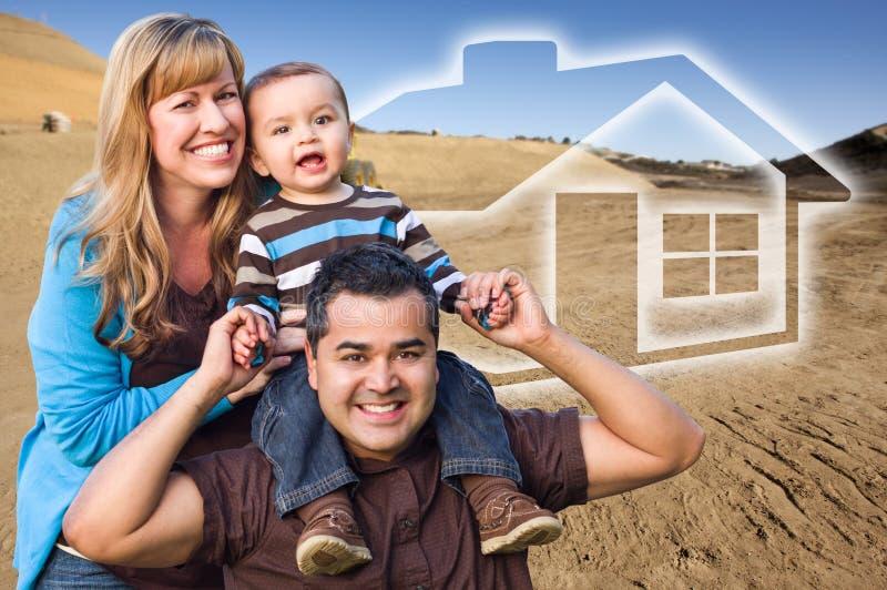 Familj för blandat lopp på konstruktionsplatsen med det Ghoosted huset Behin arkivbild