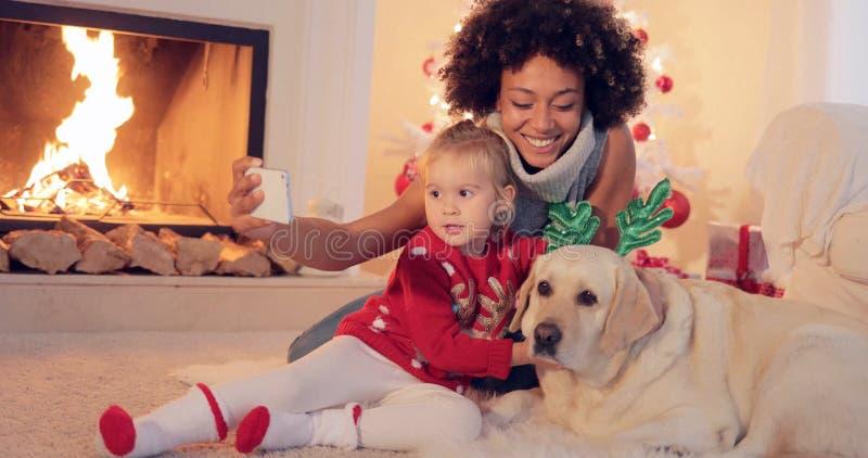 Familj för blandat lopp som tar julselfie arkivbild