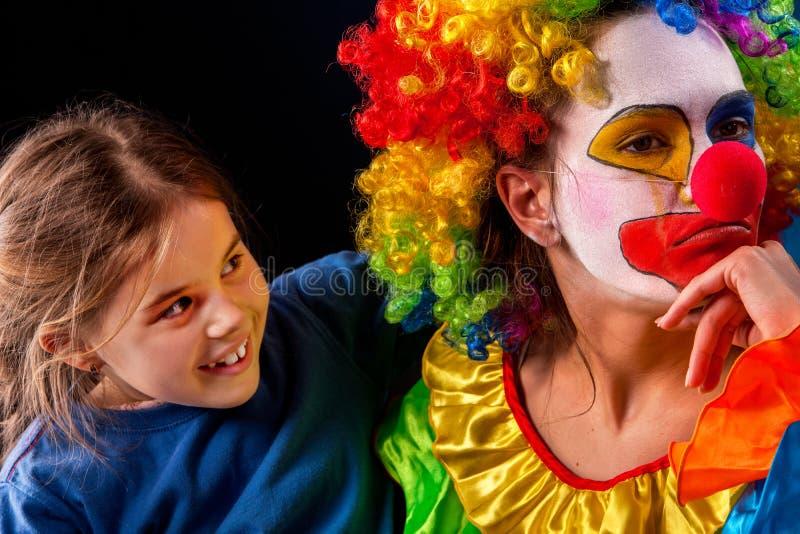 Familj för enkel förälder Mamma efter ilsket barn för arbetsfödelsedagclown arkivbild