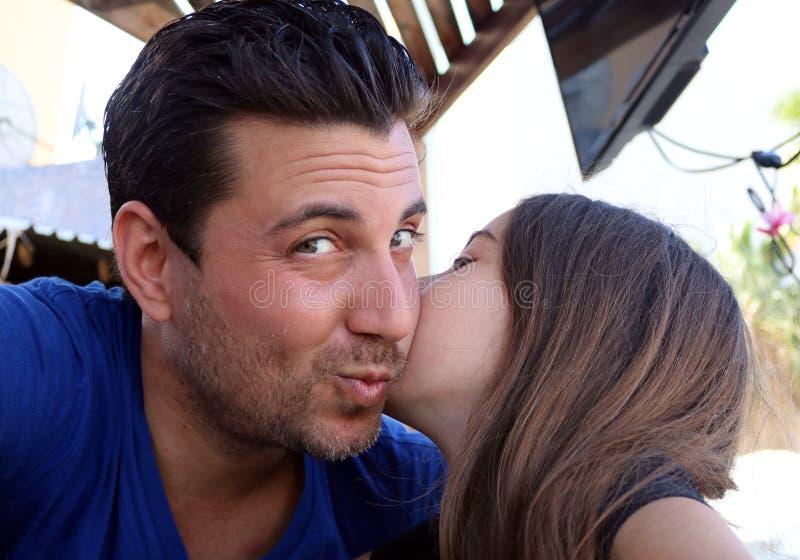 Familj för lycka för stående för lyckliga framsidor för fader och för dotter ursnygg arkivfoto
