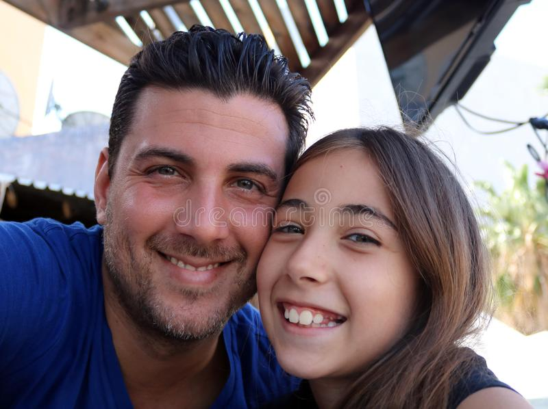 Familj för lycka för stående för lyckliga framsidor för fader och för dotter ursnygg arkivbild
