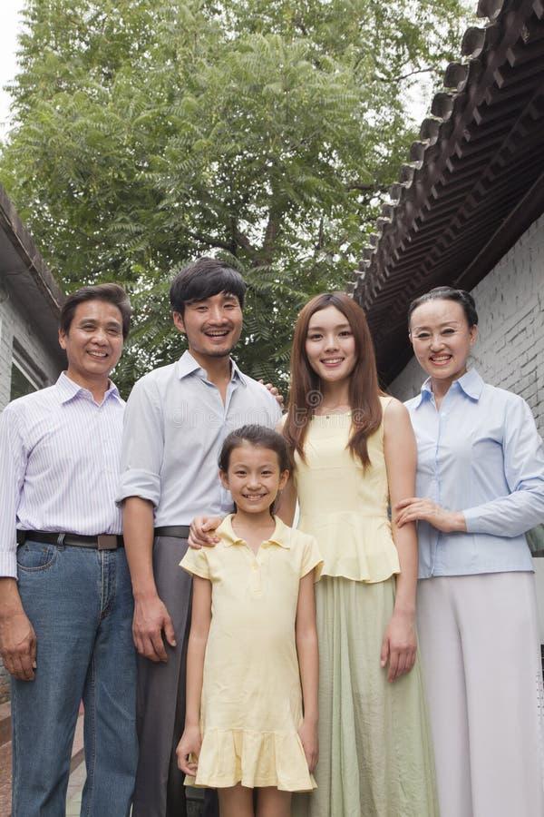 Familj för tre utveckling i en borggård royaltyfria bilder