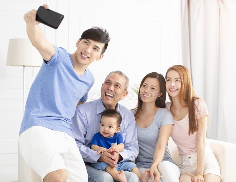 Familj för tre utveckling som tar selfie royaltyfri bild