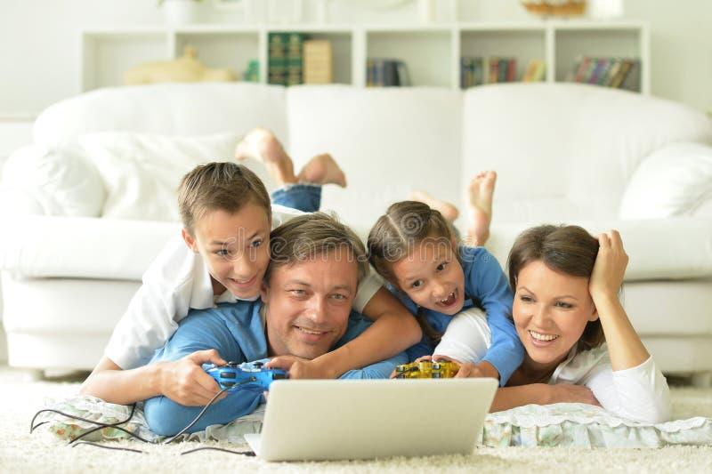 Download Familj Hemma Med Bärbar Dator Arkivfoto - Bild av laptop, härlig: 78728322