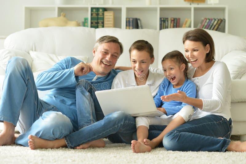 Download Familj Hemma Med Bärbar Dator Fotografering för Bildbyråer - Bild av little, caucasian: 78728523