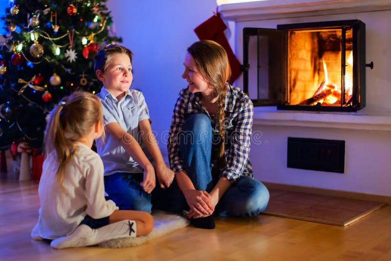 Familj hemma på julhelgdagsafton royaltyfria bilder