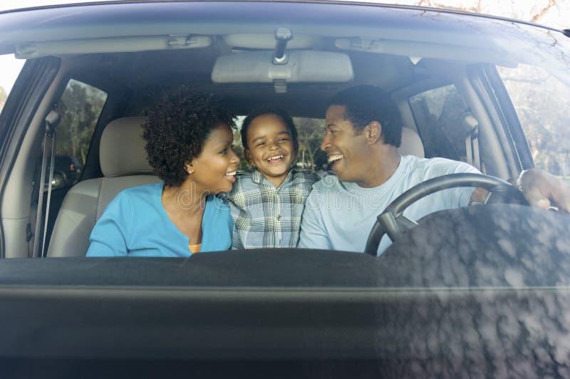 Familj i bil arkivfoto