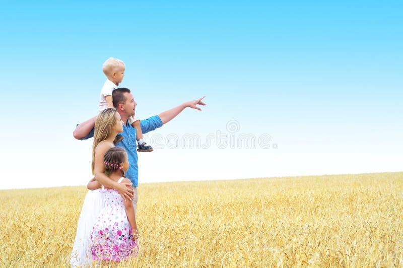 Familj i ett vetefält royaltyfri fotografi