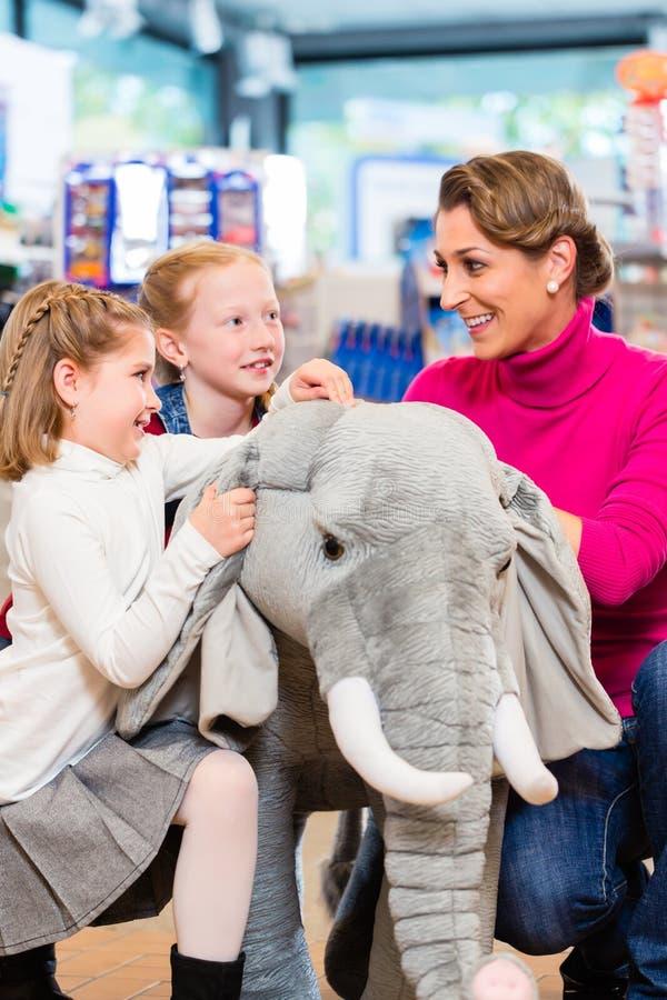 Familj i kel för leksaklager med det välfyllda djuret royaltyfri bild