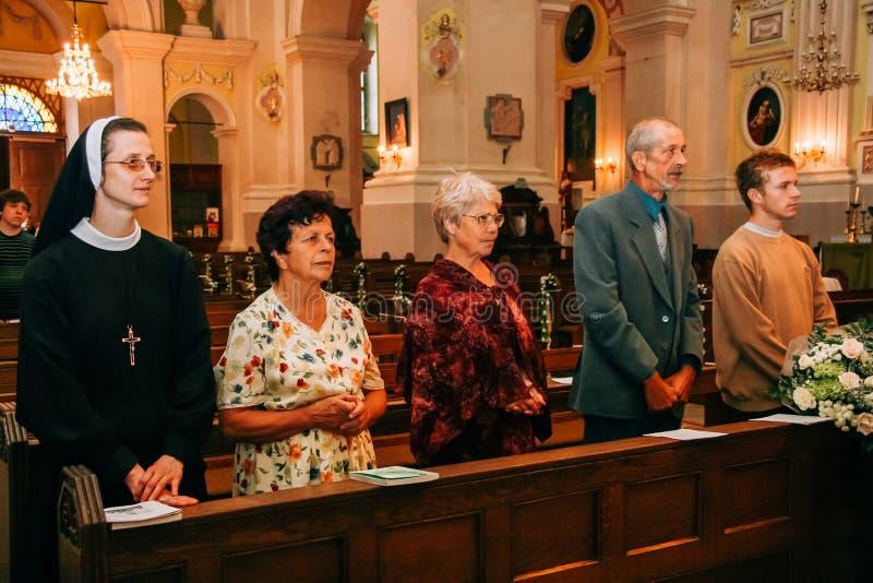 Familj i kristendomenkyrka royaltyfri foto