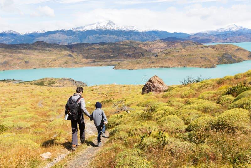 Familj i patagonia arkivbild