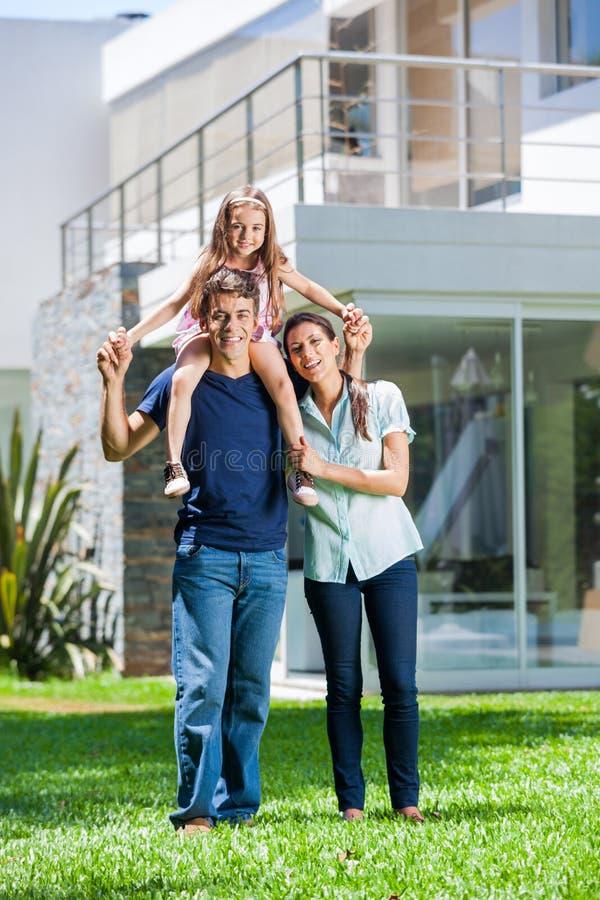 Familj i stort hus royaltyfri bild