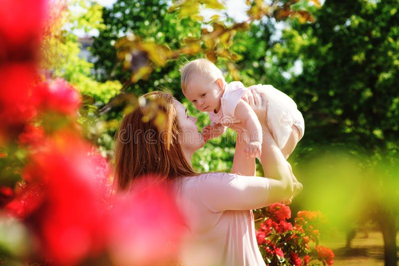 Familj i trädgård arkivbilder