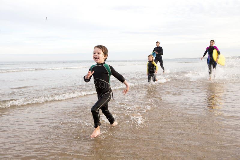Familj i Wetsuits fotografering för bildbyråer