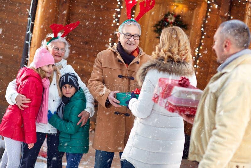 Familj, jul, x-mas, vinter, lycka och folkbegrepp - arkivfoto