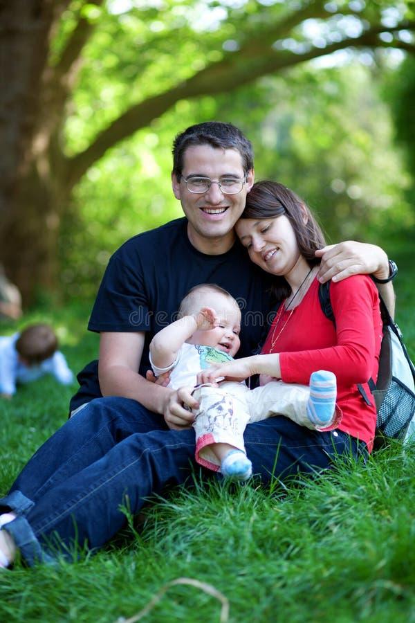 familj lyckliga tre arkivbild