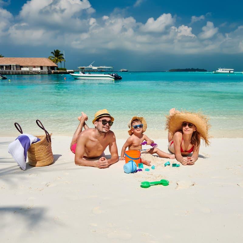 Familj med årig pojke tre på stranden royaltyfria foton