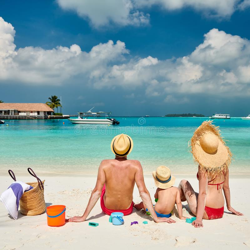 Familj med årig pojke tre på stranden royaltyfri fotografi