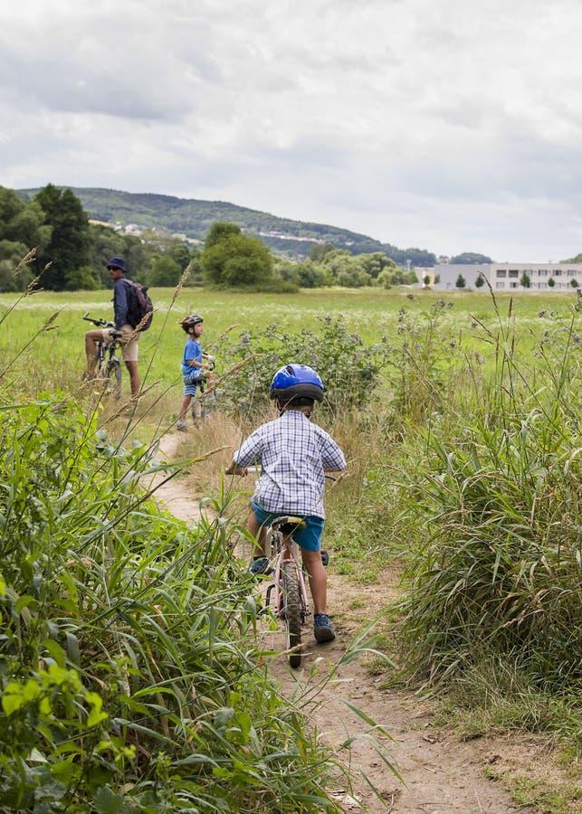 Familj med att cykla för barn royaltyfri bild