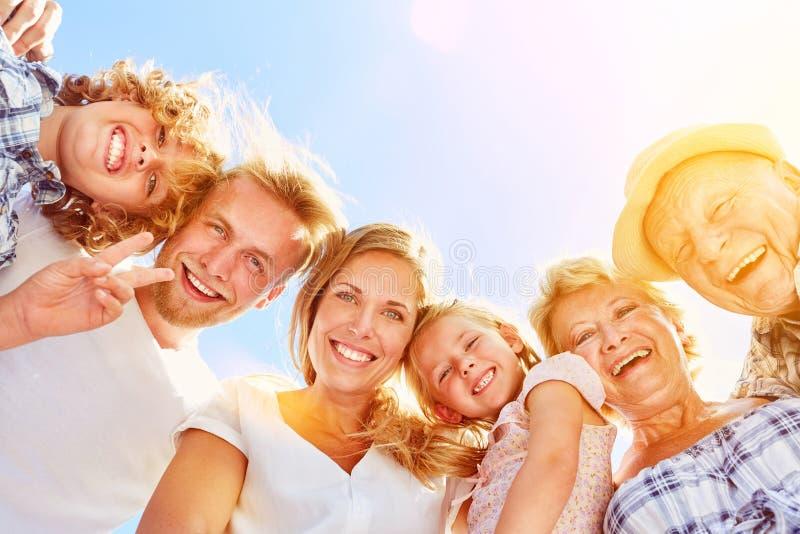 Familj med barn och morföräldrar tillsammans arkivbild