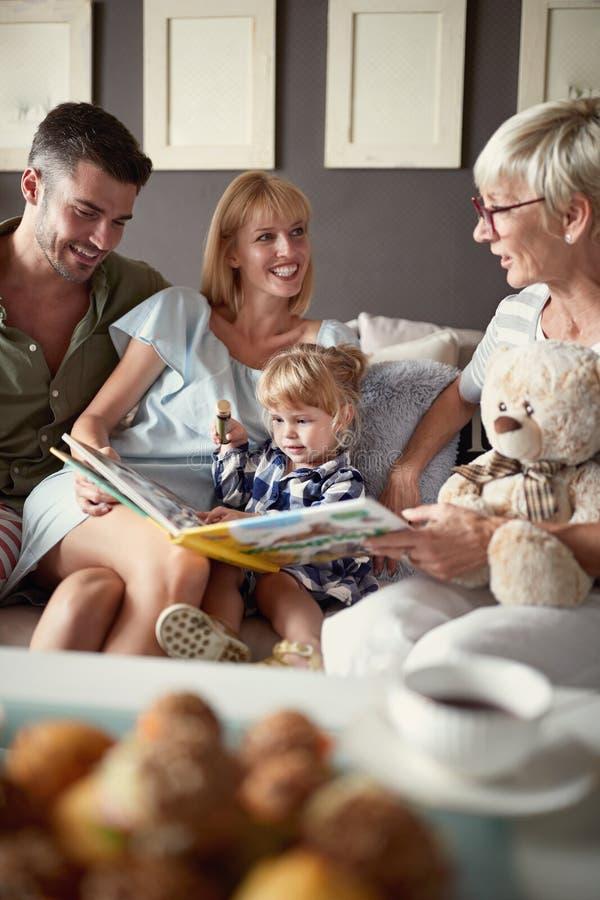 Familj med barnet i besök till farmodern royaltyfri foto