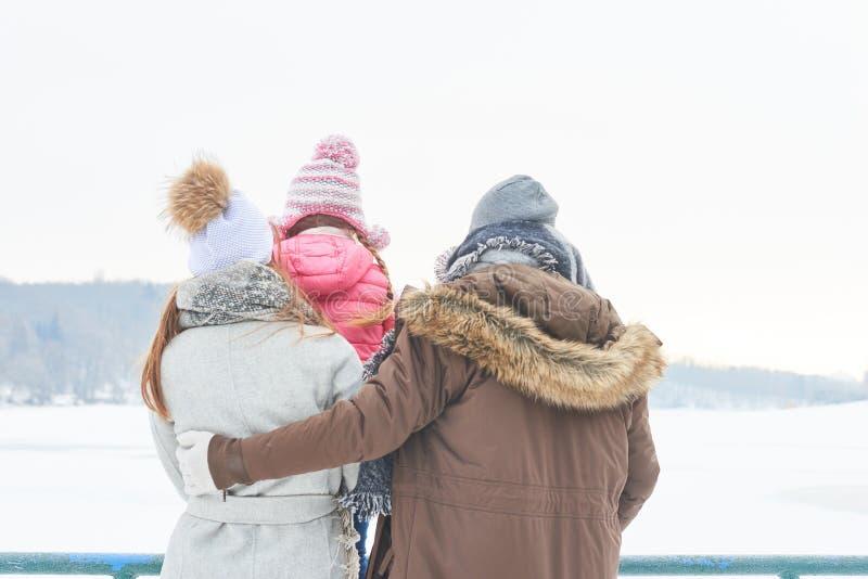 Familj med barnet i tur för vinterferie arkivfoto