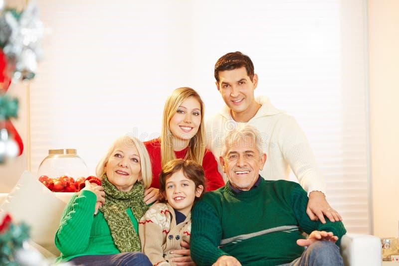 Familj med barnet och pensionärer på jul royaltyfri bild