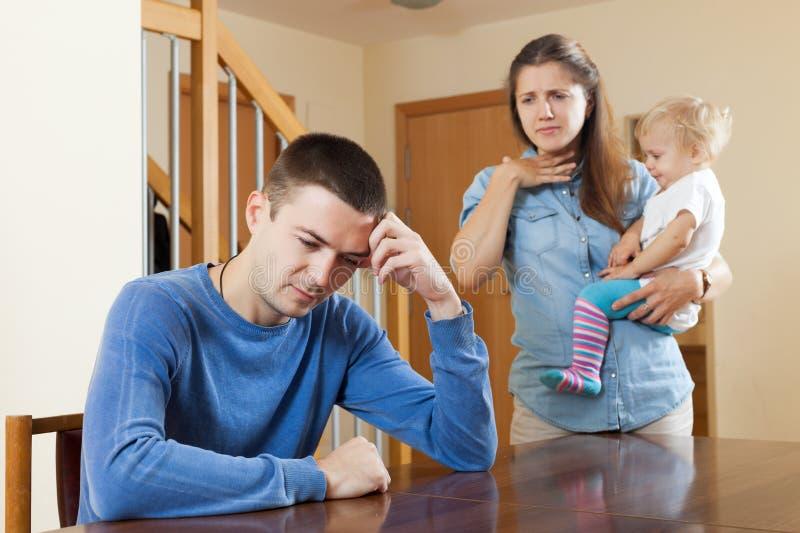 Familj med barnet som har konflikt arkivbild